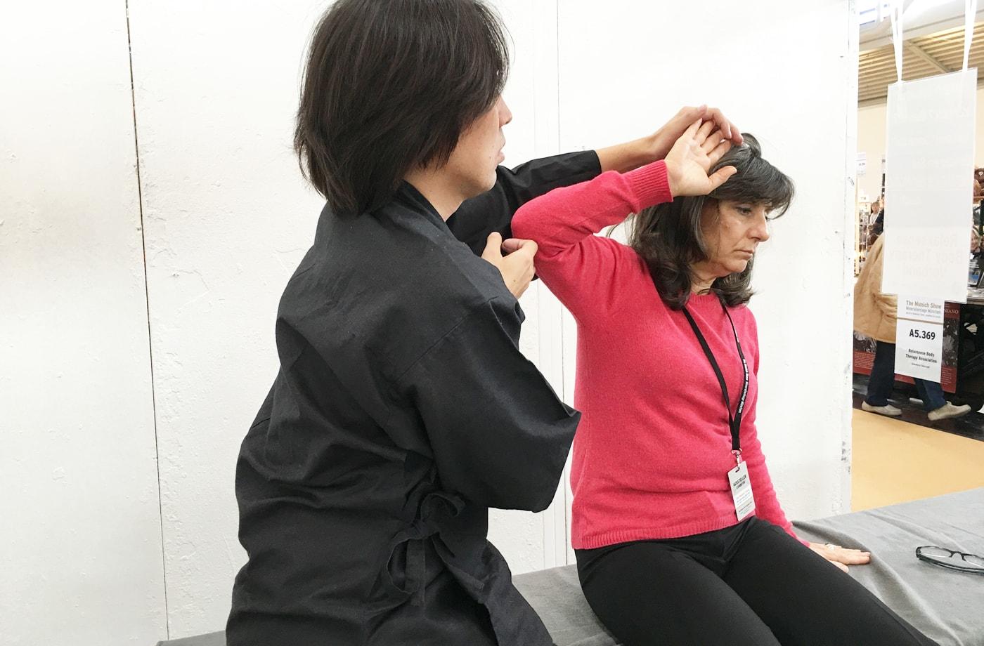 肩の痛みに悩むロベルタに施術(昨年)
